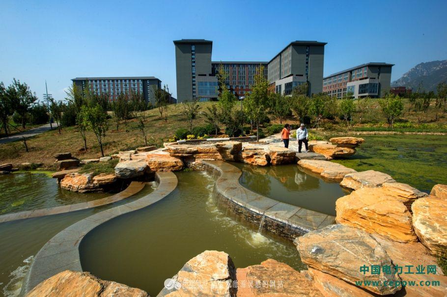 叠水景观和远处的宿舍楼