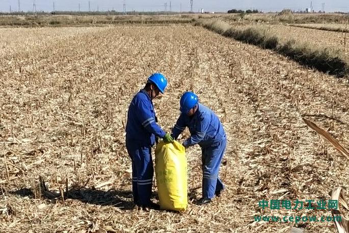 萨拉齐电厂扶贫、防寒、环保、降本四不误,帮助农民回收秸秆好过冬